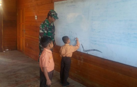 Babinsa Kodim 0113 Mengajar di Sekolah SD Negeri