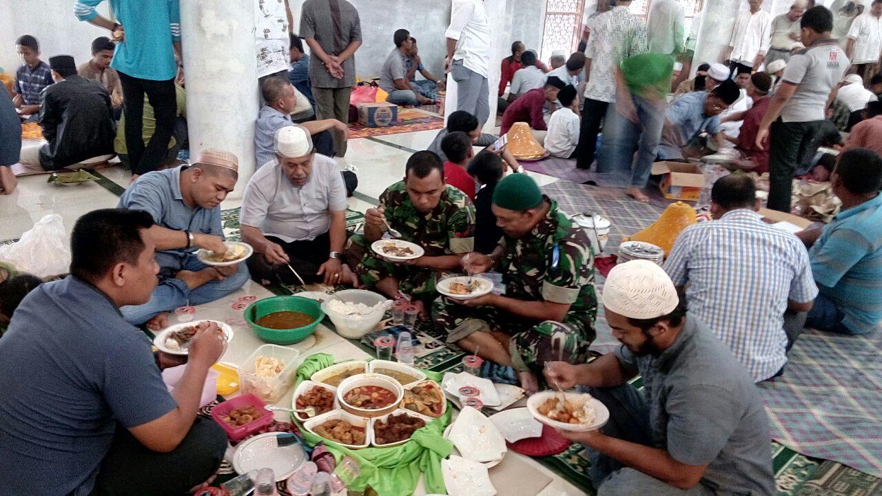 Hikmah Maulid Nabi, Babinsa Koramil Kuta Alam Pererat Tali Silaturahmi Bersama Warga Desa Binaannya