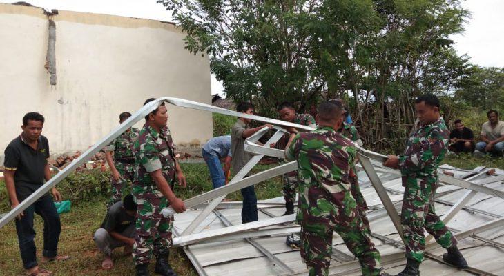 Babinsa Koramil 08/Kuala Bersihkan Puing-Puing Rumah Akibat Hujan Badai