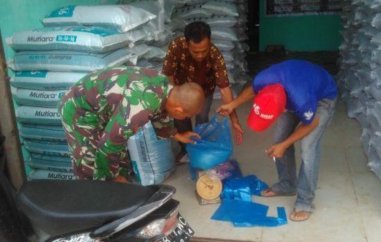 Penuhi Amanat Warga, Babinsa Koramil 06/MGG Awasi Pembagian Pupuk Bantuan
