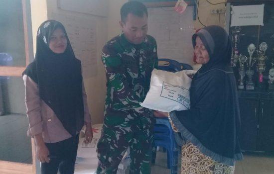 Babinsa Koramil 06/Singkohor Salurkan Bantuan Rastra  Kepada Warga Desa Mukti Jaya