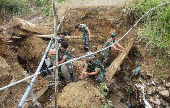 Tanah Longsor ; TNI-BPBD-Masyarakat Gotong royong Membuat Jembatan Darurat