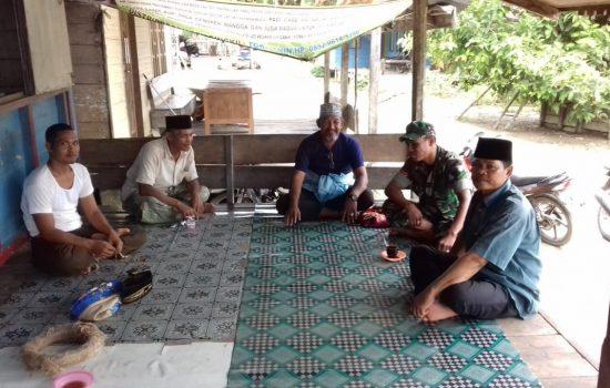 Anggota Koramil 02/Singkil Komsos dengan Warga Binaan