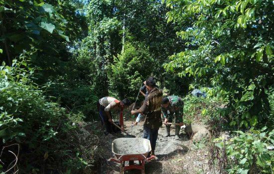 Babinsa Koramil Lageun Bantu Perbaiki Jalan Menuju Kebun Warga