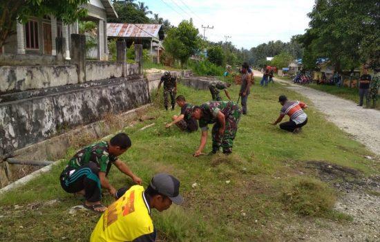 Personil Koramil 01/Pulau Banyak Adakan Jum'at Bersih Bersama Masyarakat