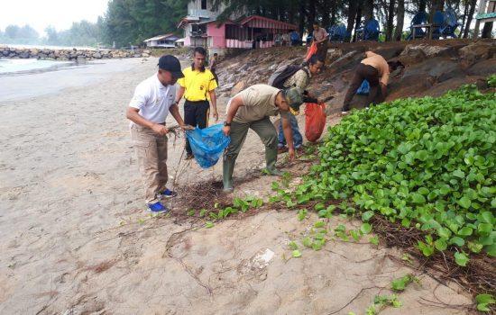Peringatan World Cleanup Day 2018, Dandim Aceh Jaya Bersama Forkopimda Ikut Bersihkan Pantai Pasi Luah Calang