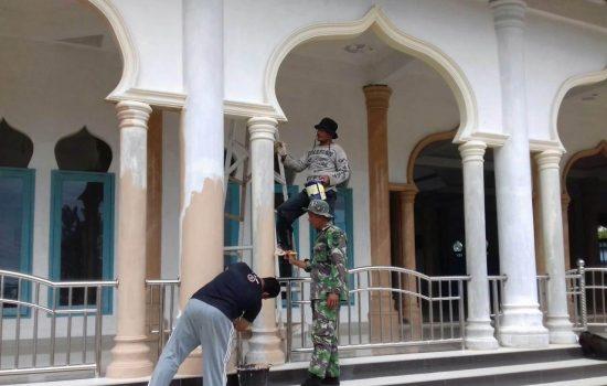 Sambut Peringatan Maulid Nabi Muhammad SAW, Sertu Parwoto Bersama Warga Benahi Masjid