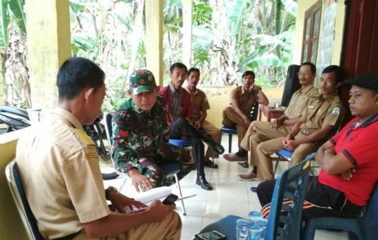 Babinsa Koramil 01/Pulau Banyak Komsos dengan Aparat Desa