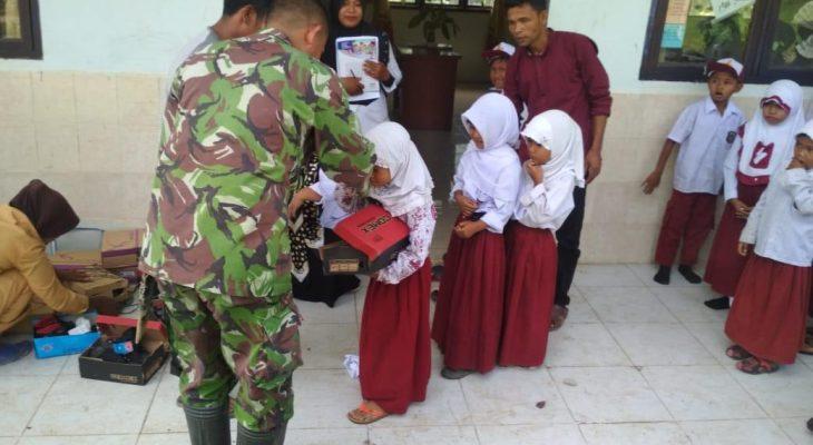TNI Berikan Bantuan Sepatu Ke Pelajar Sekolah Dasar