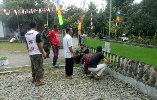 Anggota Koramil 13/ Keumala Gotong Royong Bersama Masyarakat  Bersihkan Meunasah