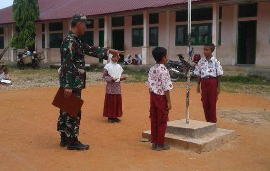 Babinsa Latihkan Siswa Siswi SD Sebagai Pengibar Bendera