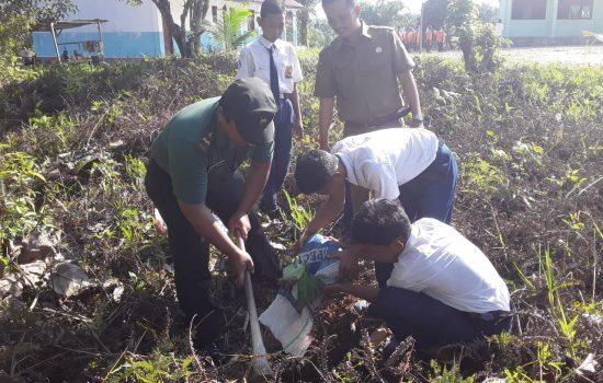 TNI Bersama Murid SMPN 2 Longkib Tanam Buah Buahan
