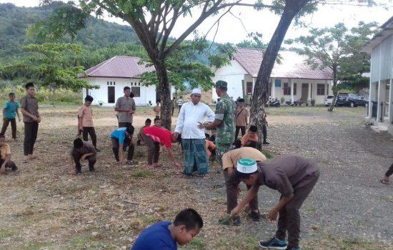 Babinsa Ajak Siswa -Siswi Gotong Royong