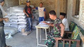 Babinsa Blangpidie Pantau Distribusi Pupuk