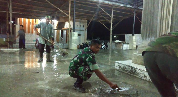 Kebersamaan Dengan Masyarakat, Babinsa Bantu Pengecoran Lantai Masjid