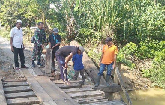 Babinsa Darul Makmur Gotong Royong Perbaiki Akses Jembatan Desa