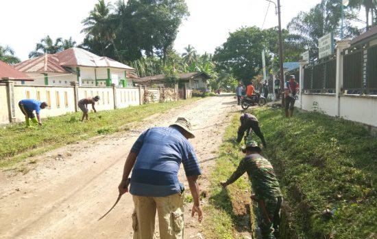 Anggota Koramil 04/Sp Kanan Laksanakan Kegiatan Jumat Bersih di Desa Sidodadi