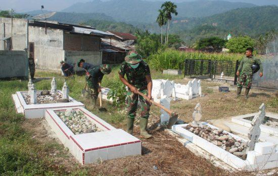 Warga Bersama Satgas TMMD Bersihkan Makam Umum
