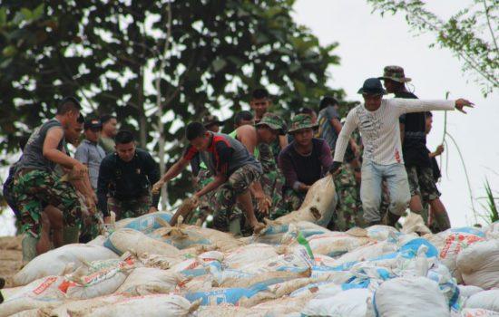 Semangat Tanpa Lelah Warga dan TNI Dalam Kegiatan TMMD