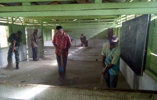 Personil Koramil 01 Bersama Warga Bersihkan Taman Pendidikan Alqur'an