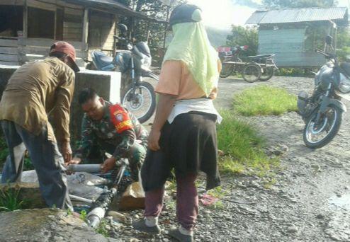 Babinsa Bantu Warga Lancarkan Pasokan Air Bersih