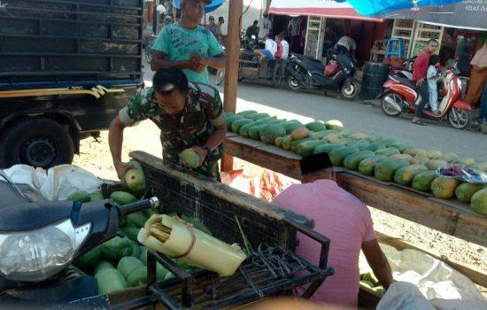 Babinsa Koramil 01/Lamno Bantu Pedagang Buah