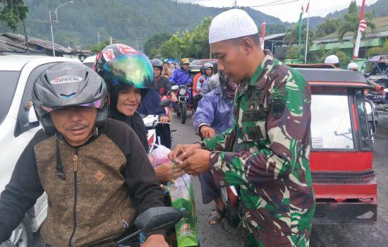 TNI Bagikan Takjil Ke Masyarakat