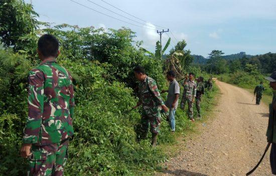 TNI dan Masyarakat Gotong Royong Bersihkan Badan Jalan