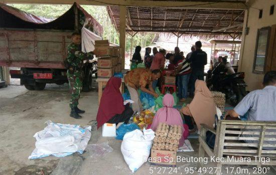 Babinsa Koramil 01/ Muara Tiga Bantu Amankan Pelaksanaan Pasar Murah