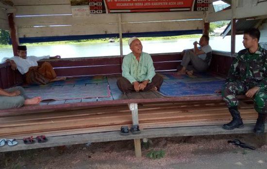 Silaturahmi Dengan Warga, Serda Mirza Ajak Tingkatkan Keamanan Desa