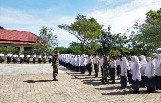 Babinsa Koramil 10 Latihkan PBB di SMP N 2 Peukan Bada