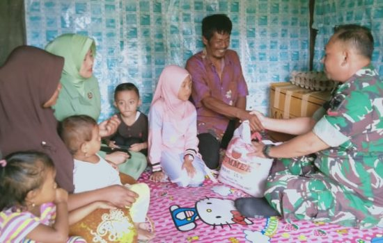 Babinsa Berikan Bantuan Sembako ke Masyarakat Kurang Mampu