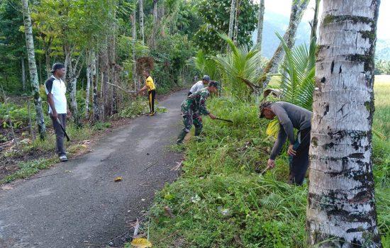 Serka Dasrimus Bersama Masyarakat Bersihkan Lingkungan