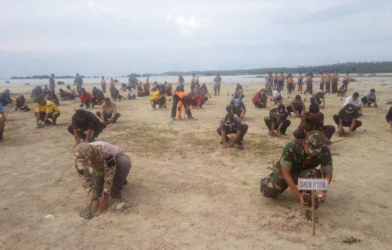 Personel Kodim 0115 Tanam Mangrove di Pesisir Pantai