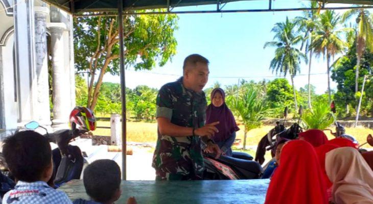 Babinsa Koramil 18/Ingin Jaya Beri Bimbingan Anak-Anak di Desa Binaan