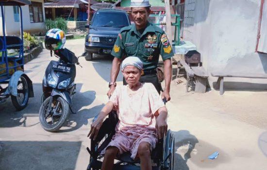 Nenek Opet Lumpuh 30 Tahun, Serma Jefrimmanedi Sisihkan Gaji Beli Kursi Roda