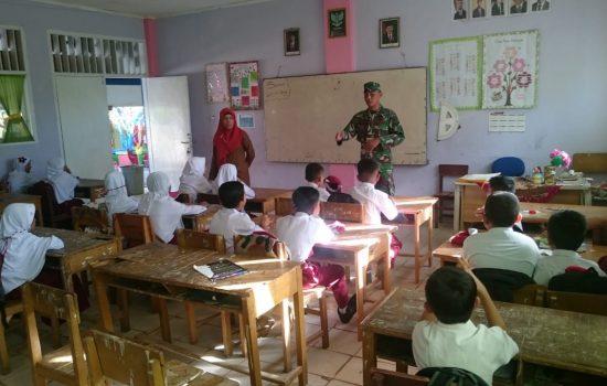 Hari Pertama Masuk Sekolah, Babinsa Beri Motivasi Kepada Siswa SD