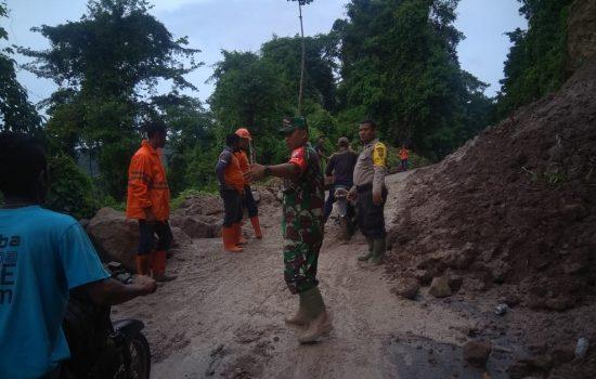 Petugas Gabungan Bersihkan Timbunan Material Longsor