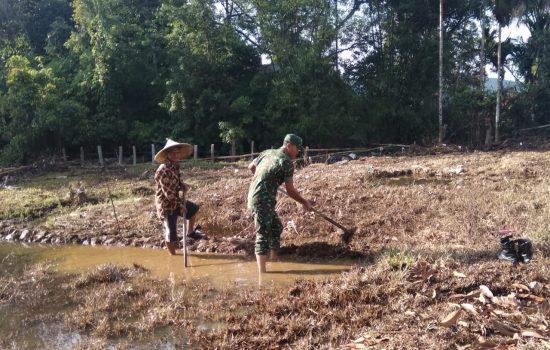 Serda Sumardi Bantu Petani Buat Pematang Sawah