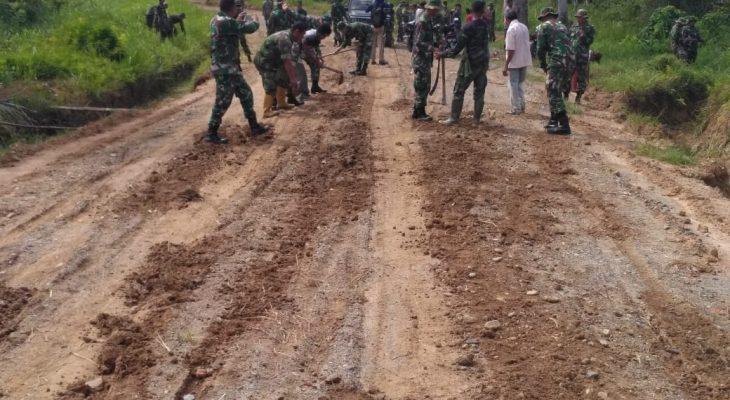 TNI dan Warga Bersihkan Jalan Desa