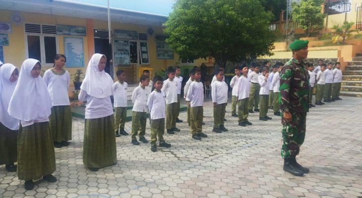 Babinsa Koramil 02/Sukakarya Latih PBB Kepada Siswa SD