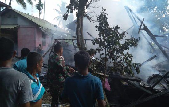 Babinsa Kuala Pesisir Bantu Padamkan Kebakaran Rumah Warga