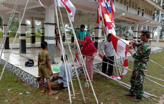 Koramil Lageun Bersama Warga Persiapkan Lapangan Upacara HUT Kemerdekaan RI