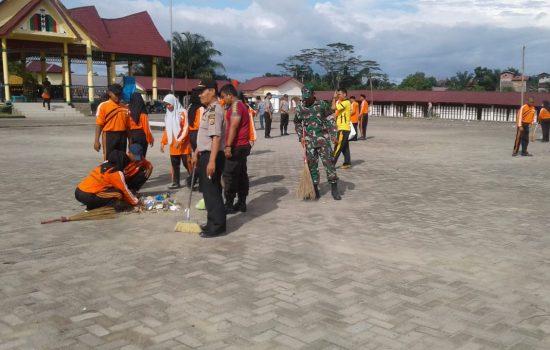Personel Koramil 02/Rundeng Bersihkan Lapangan Upacara