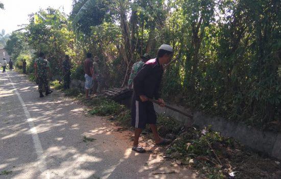 Masyarakat Desa Beranang Bersama Babinsa Koramil 04/Kutapanjang Gotong Royong
