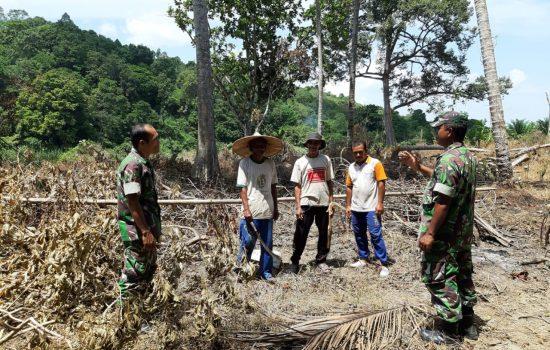 Personel Posramil Pasie Raya Himbau Warga Tidak Membakar Lahan