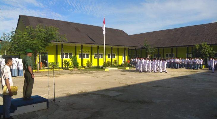 Sertu Saifullah Pimpin Upacara Bendera di SMAN 1 Jaya