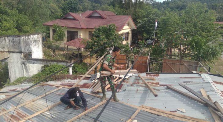 Rusak Diterjang Angin, Babinsa Lamno Bantu Perbaiki Rumah Warga