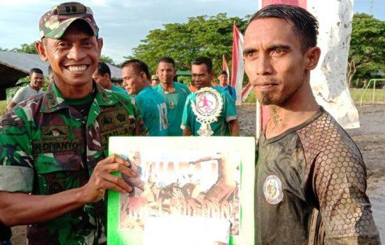Dandim 0105/Abar Menyerahkan Piala bagi Pemenang Sepak Bola Lumpur