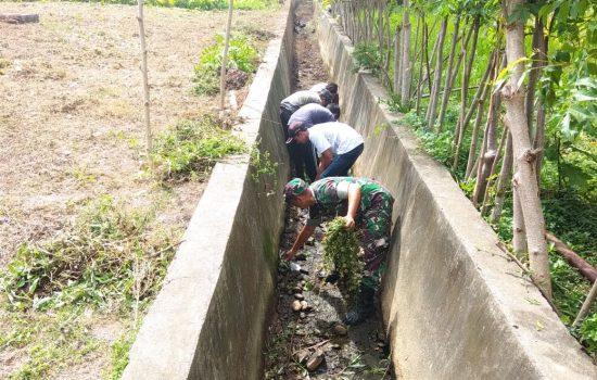Babinsa Bersama Warga Bersihkan Saluran Air